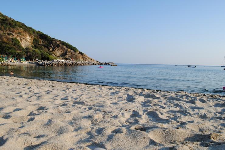 spiaggia di cavoli isola d'elba livorno al tramonto