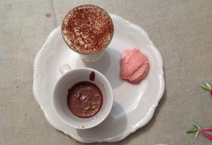 mousse al cioccolato bianco e acqua di cioccolato